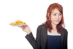 Asiatischer Mädchenhaß und -abwendung von Kartoffelchips Stockfotografie