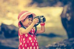 Asiatischer Mädchenphotograph mit Berufsdigitalkamera im Galan Stockbilder