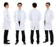 Asiatischer männlicher Schönheitstherapeut in der Kosmetikeruniform Stockbild