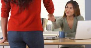 Asiatischer Manager, der Aufgabe Angestelltem zuweist stockbild
