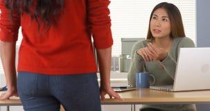 Asiatischer Manager, der Aufgabe Angestelltem zuweist stockbilder