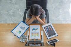 Asiatischer Manager erschöpft und frustriert nach der Prüfung vieler Finanzberichte stockfoto