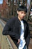 Asiatischer Mann auf der Brücke Stockfoto