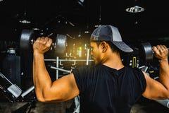 Asiatischer Mann Bodybuilder mit Dummkopf belastet Energie hübsches athle lizenzfreie stockfotografie
