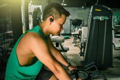 Asiatischer Mann Bodybuilder mit Fahrradmaschine belastet Energie handsom lizenzfreies stockbild
