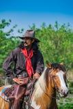 Asiatischer Mann-Cowboy fängt das in einer Ranch eingebrannt zu werden Kalb, lizenzfreie stockfotografie