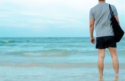 Asiatischer Mann, der auf Strand sich entspannt lizenzfreie stockfotos