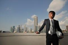 Asiatischer Mann, der einen harten Hut anhält Stockbilder