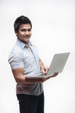 Asiatischer Mann, der einen Laptop anhält Lizenzfreies Stockfoto
