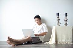 Asiatischer Mann, der Laptop verwendet Stockfoto
