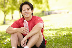 Asiatischer Mann, der nach Übung stillsteht Stockbild