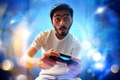 Asiatischer Mann, der Videospiele spielt Stockfotos