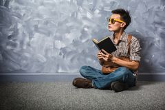 Asiatischer Mann des Hippies, der ein Buch, Weinlese liest stockfotos