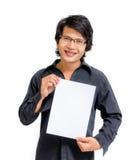 Asiatischer Mann des Lächelns, der leeres Papier zeigt Stockfotos