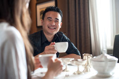 Asiatischer Mann an einem Kaffee Lizenzfreie Stockfotos