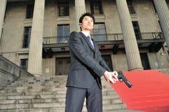 Asiatischer Mann mit einer Gewehr lizenzfreie stockfotos