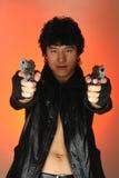 Asiatischer Mann mit Gewehren Stockfoto