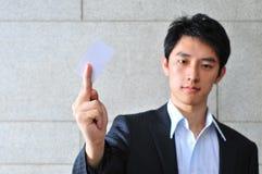 Asiatischer Mann mit leerem Namecard 22 Stockbild