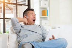 Asiatischer Mann mit Nackenschmerzen Lizenzfreie Stockfotos
