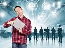 Asiatischer Mann mit Noten-Auflage Lizenzfreie Stockfotos