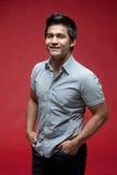 Asiatischer Mann mit rotem Hintergrund Stockbild
