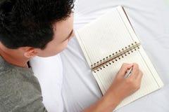 Asiatischer Mann mit seinem Tagebuch Lizenzfreies Stockbild
