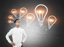 Asiatischer Mann und Kette von Glühlampen Lizenzfreies Stockfoto