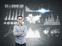 Asiatischer Mann und viele Diagramme auf Tafel Stockbilder