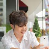 Asiatischer Mannchat mit seinen Freunden Lizenzfreie Stockfotos