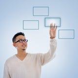 Asiatischer Mannfinger, der auf Touch Screen Monitorknopf drückt Lizenzfreie Stockfotos