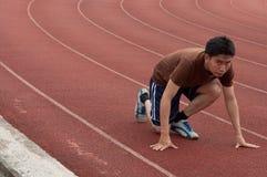 Asiatischer Mannseitentrieb auf laufender Spur Stockbilder