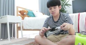Asiatischer netter Junge, der Ihre Schlauchhausarbeit, Haushaltung und Haushaltskonzept tut stock footage