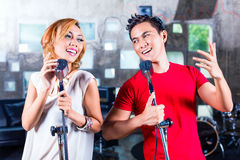 Asiatischer Sänger, Lied im Tonstudio produzierend Stockfotografie