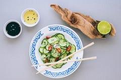 Asiatischer Salat und Gurke mit Samen des indischen Sesams Lizenzfreie Stockfotos