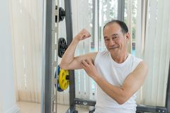 Asiatischer Showarm des alten Mannes und Lächeln in der Eignungsmitte nach Training, Sport und Gesundheitswesen Konzept stockbild