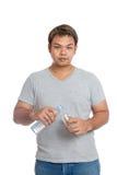 Asiatischer starker Mann gießen Wasser in einen Glasblick an der Kamera Lizenzfreies Stockfoto