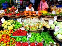 Asiatischer Straßenhändler, der Obst und Gemüse im quiapo, Manila, Philippinen in Asien verkauft lizenzfreie stockfotografie