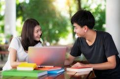 Asiatischer Student berichten und Hausaufgaben togather lizenzfreie stockfotografie