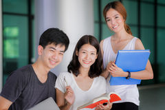 Asiatischer Student berichten und Hausaufgaben togather lizenzfreies stockbild