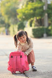 Asiatischer Student, der afer zurück zu Haus mit Glückgefühl spielt Lizenzfreies Stockfoto