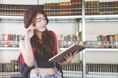 Asiatischer Student, der in der Bibliothek lernt lizenzfreies stockfoto