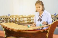 Asiatischer Student, der thailändische Instrumente übt lizenzfreie stockfotos
