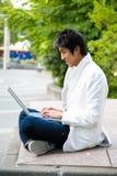 Asiatischer Student und Laptop lizenzfreie stockfotos
