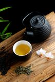 Asiatischer Teesatz auf Bambus Lizenzfreie Stockfotos