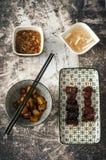 Asiatischer Teller: Karamellisiertes Schweinefleisch, Ginger Tea, Vietnamese Potatos Lizenzfreie Stockfotos