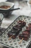Asiatischer Teller: Karamellisiertes Schweinefleisch mit Sojasoße und Honig Stockfotos
