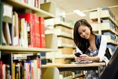 Asiatischer texting Kursteilnehmer Lizenzfreie Stockfotos