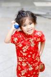 Asiatischer thailändischer Mädchenspiel pokemon Ball stockfotos