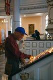 Asiatischer Tourist, der eine Kerze für die Opfer am 11. September beleuchtet Lizenzfreie Stockfotografie