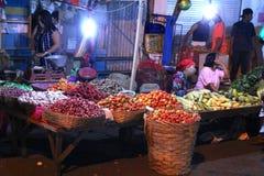 Asiatischer traditioneller Nachtmarkt mit Nahrung, Früchten, Fischen und Paprika Stockfotos